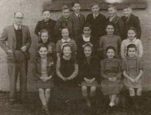 Mr. Williams Teacher 1947 [T]  Meirion, Daniel, Raymond, Ieuan Dafydd, Gwyn [M] Ann, Elizabeth, Myfanwy, Sydney, Mair [B] Jean, Maureen, Erina, Eirlys, Jennifer